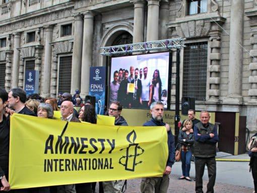 Maxischermo Amnesty Piazza della Scala Milano